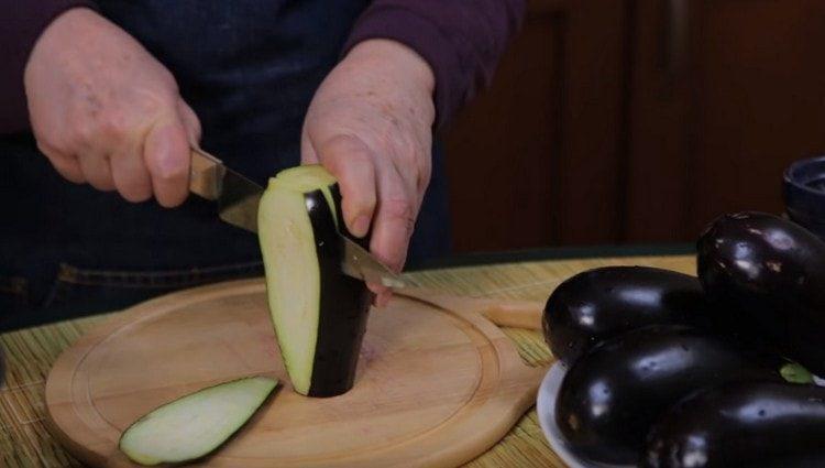 Leikkaa munakoiso pitkiksi viipaleiksi.