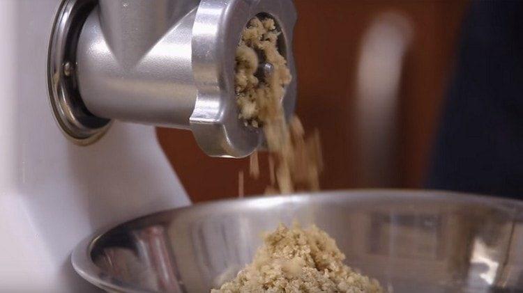 Tyhjennä saksanpähkinät lihamyllyn läpi.