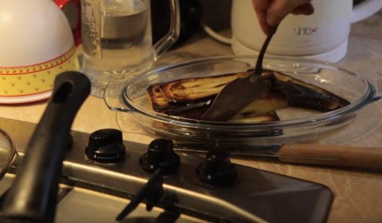 Laita paistettu munakoiso lautaselle.