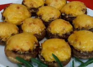 täytetyt sienet uunissa juustoa