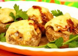 kanaa ja juustoa täytetyt sienet uunissa