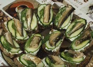 Vaření voňavých sendvičů se šproty a čerstvou okurkou: rychlý krok za krokem recept s fotografií.