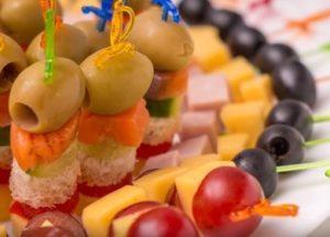 Vaření chutné předkrmy na špejlích: 5 receptů s fotografiemi krok za krokem.