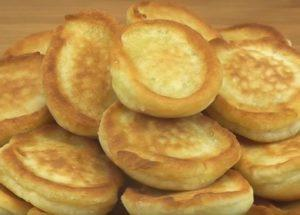 Keittäminen reheviä pannukakkuja hapankermaan oikein: Yksinkertainen askel askeleelta resepti valokuvalla.