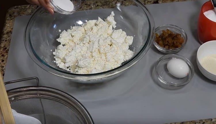 Lisää suola ja sokeri juustomassaan.