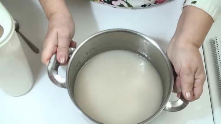 изсипете вода в тигана и изсипете захар