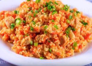 Vaření bulgur s kuřetem: chutné a uspokojivé.