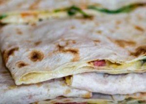Ние правим прости и вкусни сандвичи с пита по стъпка по стъпка рецепта със снимка.