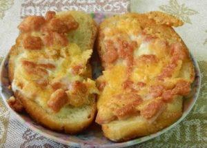 Vyrábíme rychlé teplé sendviče s klobásou a sýrem podle postupného receptu s fotografií.