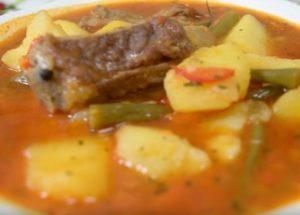 Lahodný bramborový guláš s vepřovým žeberem: vařte podle receptu krok za krokem s fotografií.