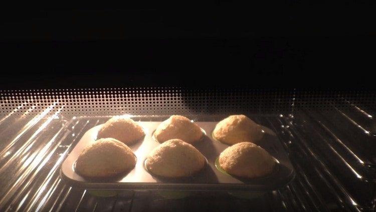Do trouby jsme vložili formu s muffiny.