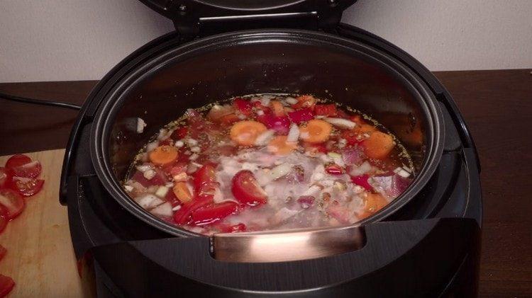 Разпределяме доматите в бавна готварска печка.