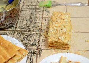 Připravujeme jednoduchý Napoleonův dort podle postupného receptu s fotografií.
