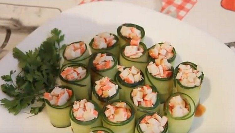 Nämä upeat kurkkurullat voidaan valmistaa juhlapöydälle.