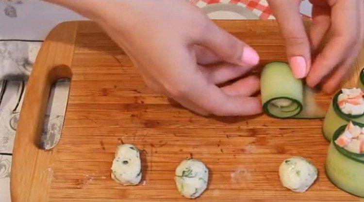 Kääri juustopallot kurkkuviipaleiksi.