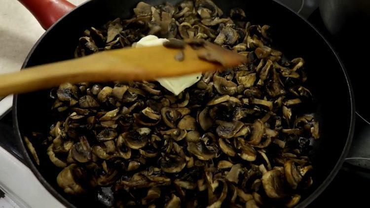 přidejte na houby máslo